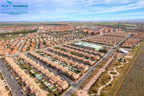 Foto aérea con drone a urbanización