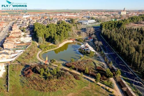 Vista aérea con drone de lago