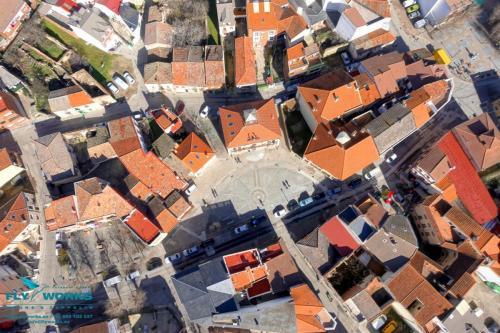 Vista cenital de pueblo tomada con drone